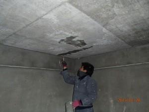 止水剤、モルタル混合剤の擦り込み作業