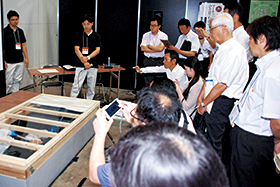 技術セミナー会場での床下施工デモ