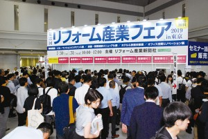 来場者で溢れかえる会場入口(初日AM10:00)