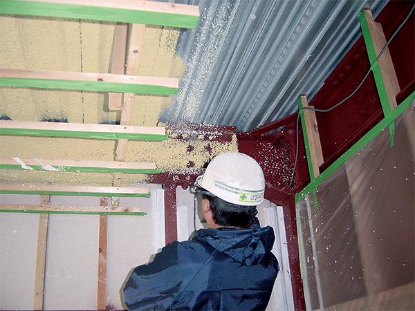 住宅の天井断熱(鉄骨梁吹付)